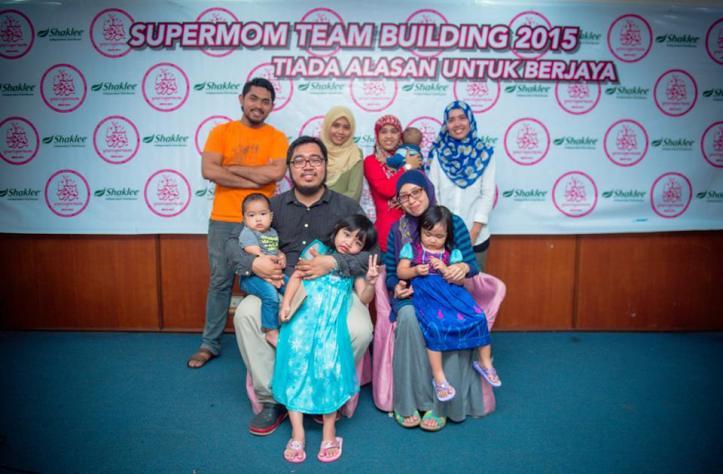 Master Hadhatina MKB & Master Mohd Kamarul Baharin (duduk) dan anak-anak bersama team YourSupermom Office..