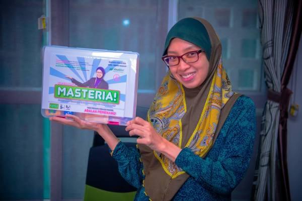 Master Hadhatina MKB mempromosikan game board ciptaan beliau..
